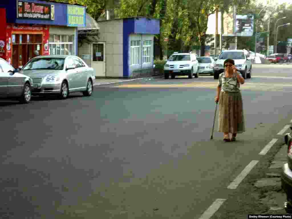 «У нас такие тротуары, что приходится идти вдоль дороги, хоть и опасно, но зато ровней» - пожаловалась бабушка с тростью, но отказалась от интервью, посетовав на то, что государство все равно не обращает внимания на проблемы стариков и инвалидов.