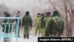 Ақ-Сай ауылында жүрген қырғыз әскері. Қырғызстан, 18 желтоқсан 2013 жыл.