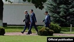Алмазбек Атамбаев жана Фарид Ниязов (сол жагында)