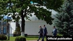Срок окончания президентских полномочий Атамбаева истекает 1 декабря 2017 года.