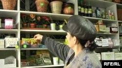 Алматы супермаркетінде жүрген тұтынушы