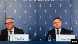 Голова Європейської комісії Жан-Клод Юнкер (ліворуч) та прем'єр-міністр Словаччини Роберт Фіцо під час прес-конференції у Братиславі. 1 липня 2016 року
