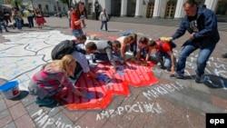 Перед зданием парламента в Киеве нарисовали карту Украины, отметив территории, которые могут отделиться в результате российского вмешательства