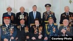 Асек Урмамбетов жана башка ардагерлер президент Атамбаев менен