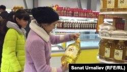 Женщина покупает подсолнечное масло в супермаркете. Уральск, 4 ноября 2015 год.