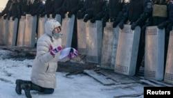 Женщина умоляет спецназ не применять силу против протестующих (Киев, 24 января 2014 года)