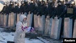 Полицияны халық жағына шығуға шақырып тұрған әйел. Киев, 24 қаңтар 2014 жыл. (Көрнекі сурет)