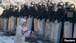 """Киев, 24 января. Женщина просит бойцов """"Беркута"""" поддержать народ"""