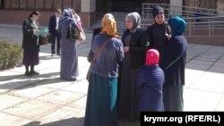 «Hizb ut-Tahrir davası» mabuslarınıñ soy-sop ve dostları Qırım Yuqarı mahkemesiniñ binası yanındalar, 24 mart 2017 senesi