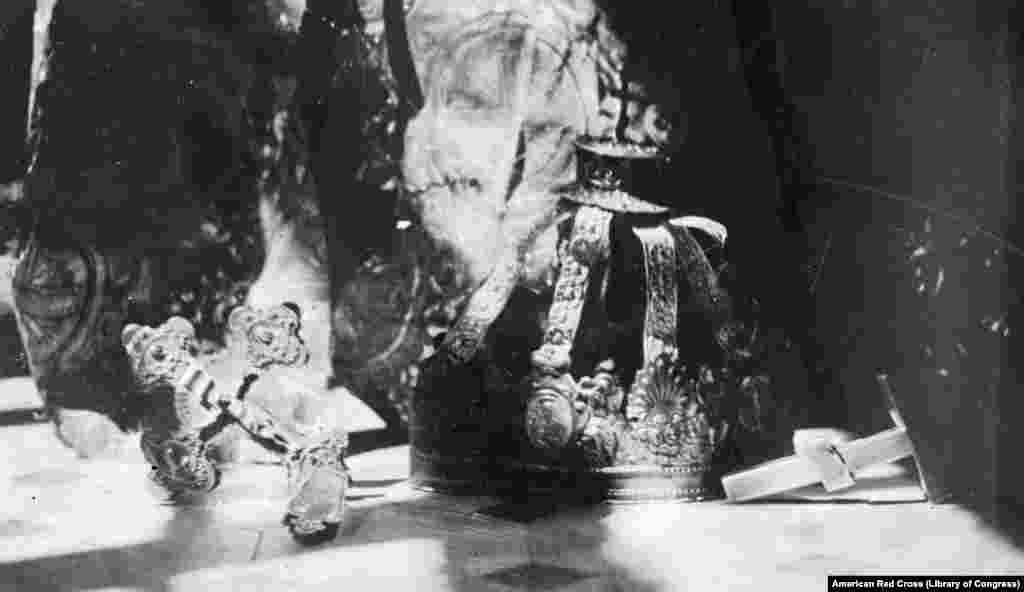 """1919 წელს ბოლშევიკების მიერ დარბეული ერთ-ერთი ეკლესიის საგანძური. ეს დაზიანებული ნივთები, როგორც ამბობენ, ჩააბარეს """"წითელი ჯვრის"""" თანამშრომელს, რათა მას ეჩვენებინა მსოფლიოსათვის """"ბოლშევიკების უგუნური სიძულვილი საგნებისადმი, რომლებიც სხვებს წმინდად მიაჩნდათ""""."""