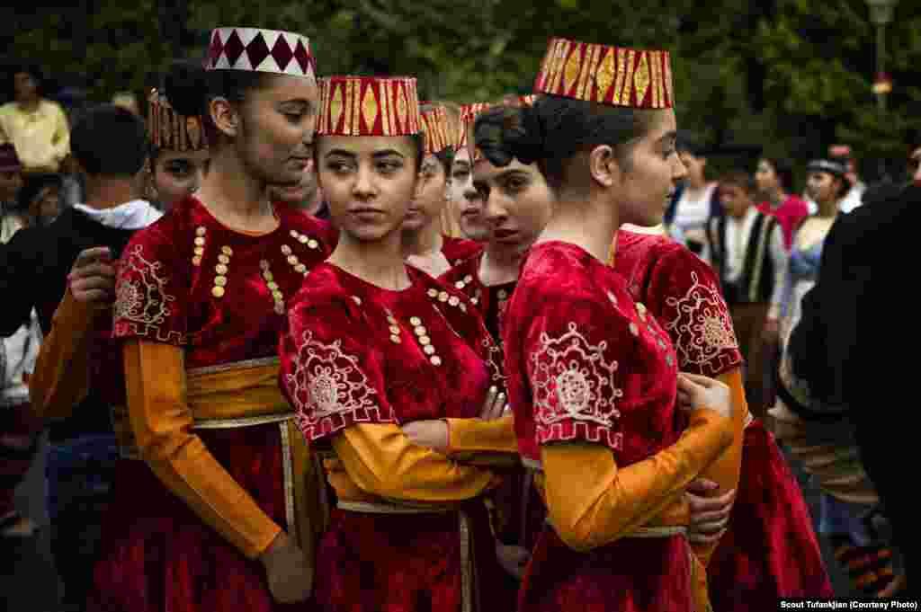 Туфанкджян в конечном итоге расширила рамки своего проекта, включив в него армян, проживающих в Республике Армения, которые, как она считает, тоже являются членами диаспоры. На фотографии подготовка к торжествам по случаю Дня Первой Республики в столице страны Ереване.