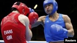 Казахстанский боксер Серик Сапиев (справа) на ринге с британским Фредом Эвансом во время Летних Олимпийских игр в Лондоне. 12 августа 2012 года.