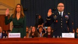 Дженифер Уильямс и Александр Виндман приносят присягу на слушаниях, 19 ноября 2019