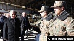 Գալուստ Սահակյանը ԼՂ ՊԲ տանկային զորամասերից մեկում, 12-ը փետրվարի, 2016թ․