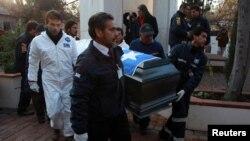 تابوت حامل جسد سالوادور آلنده روز ۲۳ مه برای کالبد شکافی از مقبره خانوادگی اش منتقل شد.