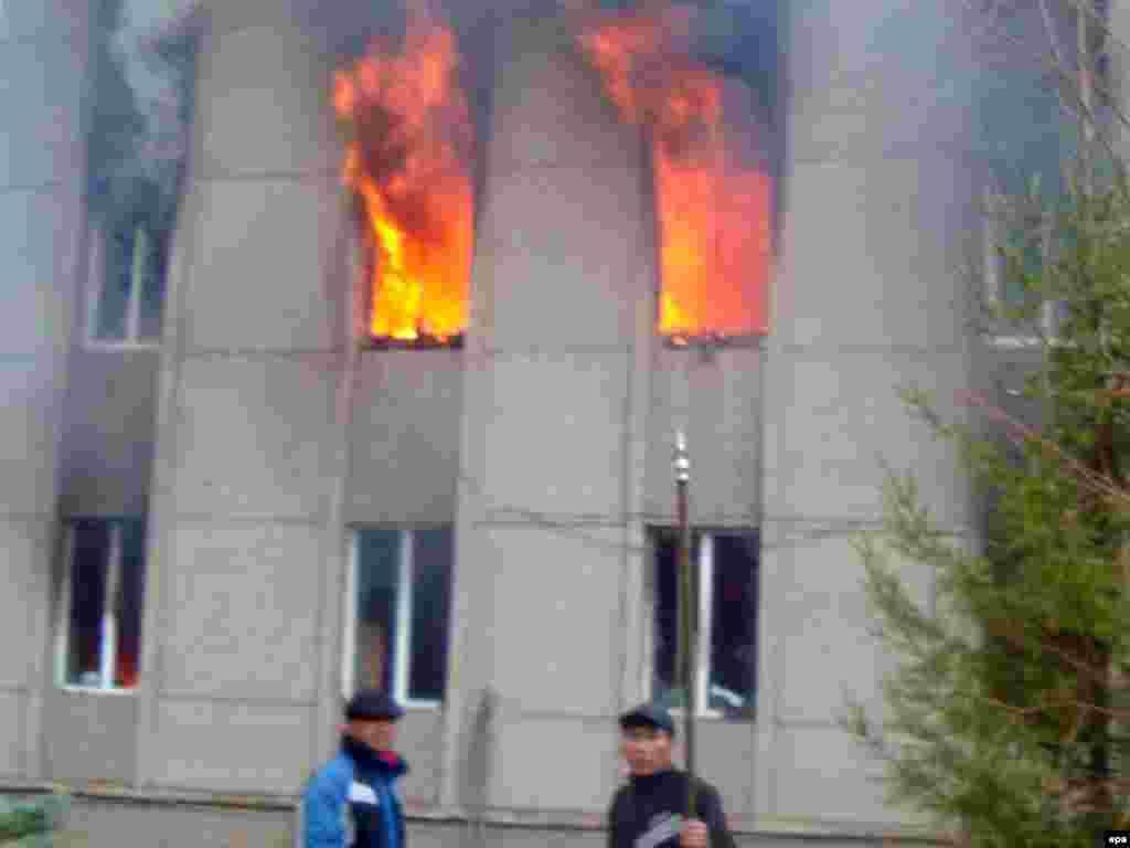 Горящие отделение милиции в Таласе. 7 апреля 2010 года.