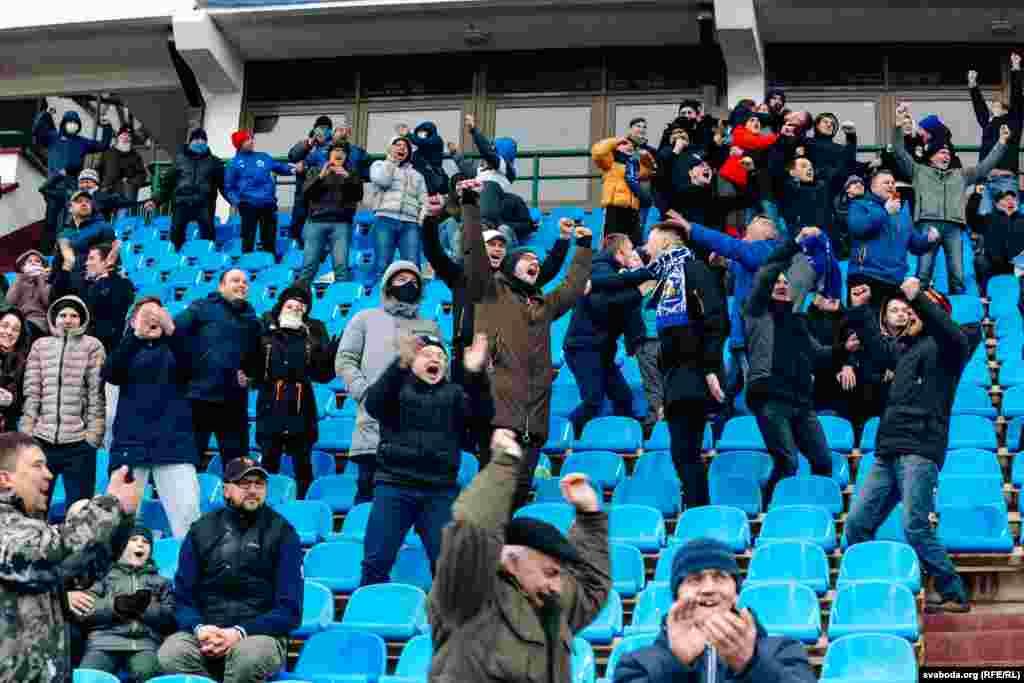 Вболівальники без захисних масок для обличчя вболівають за команду господарів на вітебському футбольному стадіоні, 18 квітня