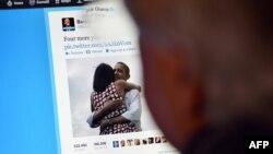 Италиялық азамат АҚШ президенті Барак Обаманың Twitter парағын қарап отыр. Италия, 7 қараша 2012 жыл. (Көрнекі сурет)