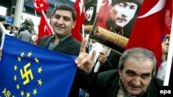 Протест турецких националистов перед зданием суда в Стамбуле, 21 сентября 2006