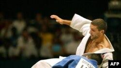 حضور میراسماعیلی (با لباس ورزشی آبی) در مقابل جودوکار فرانسوی در مسابقات جهانی ژاپن در سال ۲۰۰۳