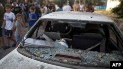 Ливан ҳудудидан отилган ракета қолдиғидан зарар кўрган автомашина.
