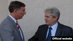 Претседателот на ДУИ, Али Ахмети се сретна со амбасадорот на САД, Пол Волерс во седиштето на партијата во Тетово.