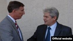 Архивска фотографија: Претседателот на ДУИ Али Ахмети со амбасадорот на САД, Пол Волерс во седиштето на партијата во Тетово.