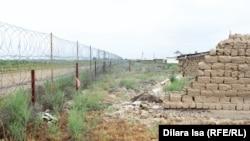 Линия границы, проходящая рядом с постройками в селе Костакыр. Южно-Казахстанская область, 16 мая 2018 года.