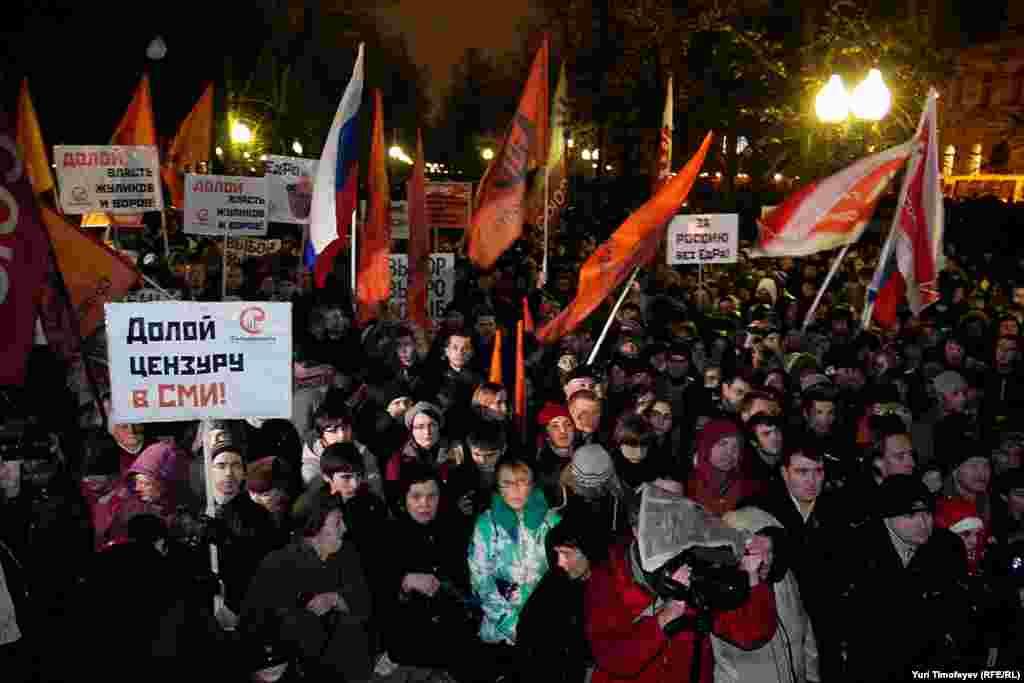 В центре Москвы несколько тысяч сторонников демократической оппозиции провели санкционированный митинг против фальсификации итогов голосования на парламентских выборах.
