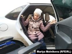 Анна Фролова таксиге отырып жатыр. Орал, 4 қараша 2019 жыл.
