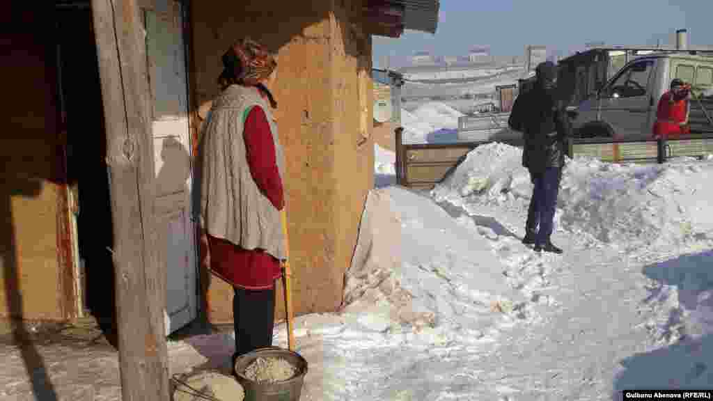Галия Иманбулова впервые за эту зиму вышла на улицу из своего домика. Узнав о том, что инвалиду 2-й группы нечем растапливать печь, неравнодушные астанчане привезли ей машину угля. Обрадовавшись, она вышла во двор.