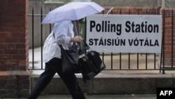 Жена оди накај гласачкото место во Дабилн
