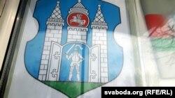 Такі герб Магілёва, з «Пагоняй», прадаецца ў шапіках «Белпошты»