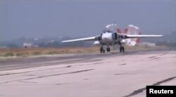 Un avion militar rusesc aterizând la baza militară Heymim, Syria