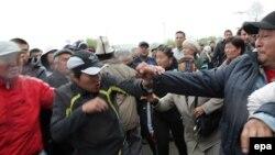 Ош шаарында бийликтен кулаган К.Бакиев менен Убактылуу өкмөттүн тарапкерлеринин тиреши. 2010-жылдын 15-апрели.
