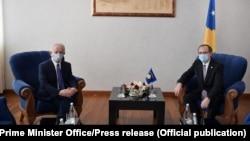 Skender Hiseni, novoimenovani koordinator Kosova za dijalog sa Srbijom, i Avdulah Hoti, premijer Kosova. 21. jul 2020.