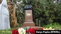Памятник Нестору Лакоба в Сухумском ботаническом саду