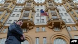 Полицейский у здания посольства США в Москве