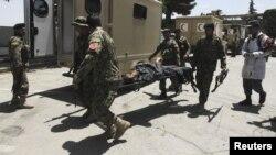 Сарбаздар қонақүйге жасалған шабуылда қаза тапқандардың денелерін әкетіп барады. Кабул, 22 маусым 2012 жыл.