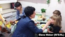 Женщины и дети ужинают в кризисном центре. Темиртау, 6 мая 2017 года.