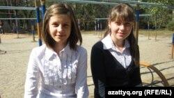 Любомила Моисеенко (слева), ученица школы-гимназии № 125. Алматы, сентябрь 2013 года.