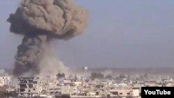مخالفان حکومت بشار اسد تصاوير ويدئويی را در شبکه های اجتماعی منتشر کرده اند که گفته می شود متعلق به این بمباران های هواپیماهای اسرائیلی است.