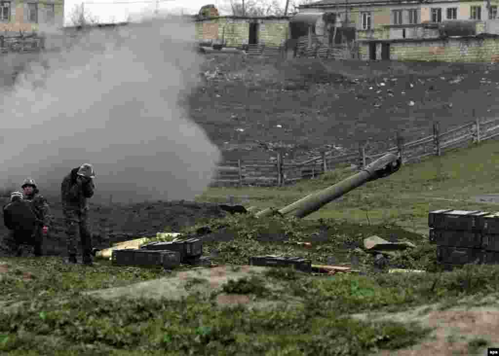 Артиллеристы армии самопровозглашенной Нагорно-Карабахской республики в районе Мардакерта, Нагорный Карабах, 3 апреля 2016 года
