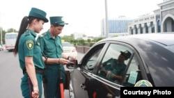Девушки-инспекторы ДПС на дорогах Ташкента. Фото с сайта ГУВД города Ташкента.