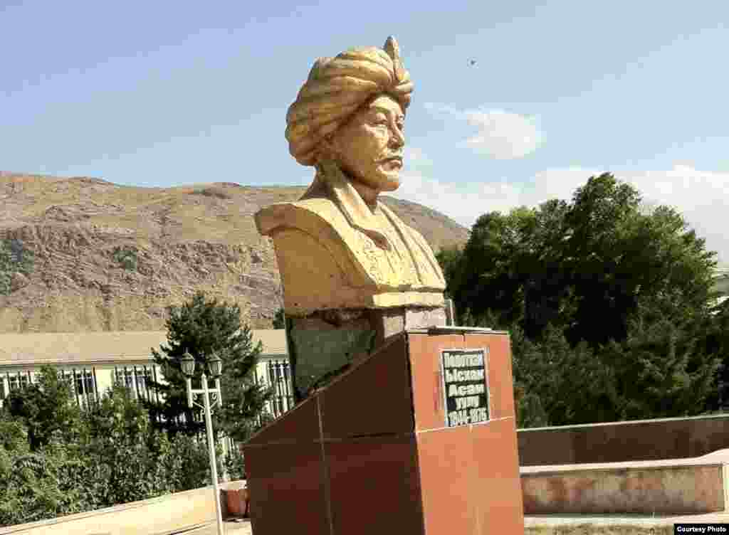 Кыргызстан: Кадамжайдагы Болот-хандын (Молдо Исак Асан уулунун) эстелиги
