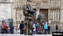 Французские военные патрулируют территорию у собора Notre-Dame de Paris