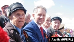 Удмуртиянең элекке президенты Александр Волков 2013 елда сугыш ветераннары белән (уртада)