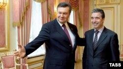 Anders Fogh Rasmussen (djathtas) gjatë një takimi me presidentin e Ukrainës Viktor Yanukovich