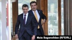 """Расмуссен вступился и за президента, отметив, что благодаря парламентским выборам имена и Саакашвили, и Иванишвили войдут в историю, их будут вспоминать как """"строителей демократии"""" в Грузии"""