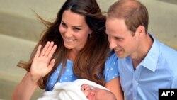 Քեմբրիջի դուքս Ուիլյամը եւ դքսուհի Քեյթը նորածնի հետ։ Լոնդոն, Սուրբ Մարիամի հիվանդանոց։